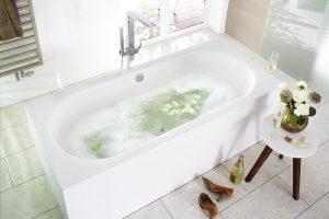 Eine Doppelbadewanne ist wie geschaffen für ein verliebtes Paar, um den Valentinstag zu genießen. Foto: Mauersberger